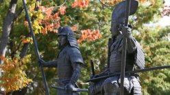 桶狭間古戦場公園に建つ織田信長(左)と今川義元の銅像