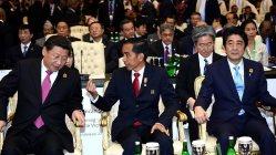 アジア・アフリカ会議(バンドン会議)60周年記念首脳会議に出席した中国の習近平国家主席(左)。右は安倍晋三首相、中央はホスト役のジョコ・ウィドド・インドネシア大統領=ジャカルタ市内で2015年4月22日、同会議事務局提供