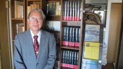戦国武将研究の第一人者で、静岡大名誉教授の小和田哲男さん=静岡市の自宅で