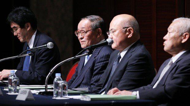 記者会見をする東芝不正会計問題の第三者委員会の委員。奥から2人目が上田広一委員長=東京都港区のホテルで2015年7月21日