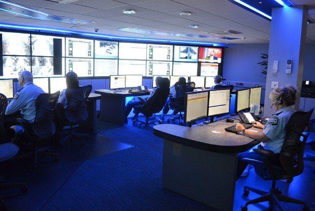 英国セコムの指令センター。警報が作動するとただちに監視カメラの映像が映し出され、オペレーターの指示が飛ぶ=坂井隆之撮影