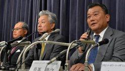 記者会見で質問に答えるANAホールディングスの長峯豊之取締役執行役員(手前)=国交省で2015年8月5日