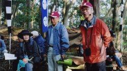 城跡の見学会で説明をする小和田さん(中央)