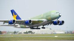 スカイマーク塗装で試験飛行をするエアバスA380=エアバス提供