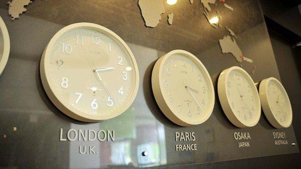 世界の時間が分かる時計があるミリカ・ヒルズの共用部