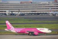 台北へ向かうため滑走路へ向かうピーチのMM1029便=東京都大田区の羽田空港で2015年8月8日午後、米田堅持撮影