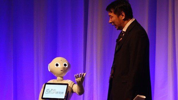 Pepperと漫才を繰り広げるよしもとロボット研究所の山地所長