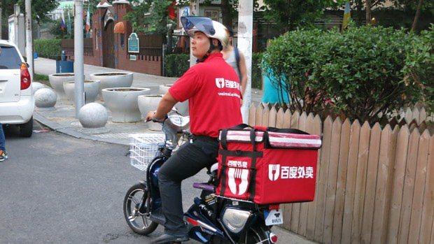 インターネット検索大手「百度」が運営する出前サイトの配達員=北京市内で2015年8月8日、井出晋平撮影