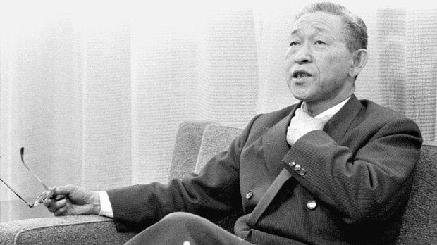 対談する松下電器産業社長の松下幸之助氏=大阪市で、1958年撮影