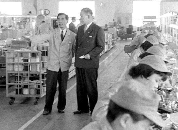 1957年の全国長者番付で第1位となった松下幸之助・松下電器社長(中央・右)=大阪府門真市で、辻口文三撮影