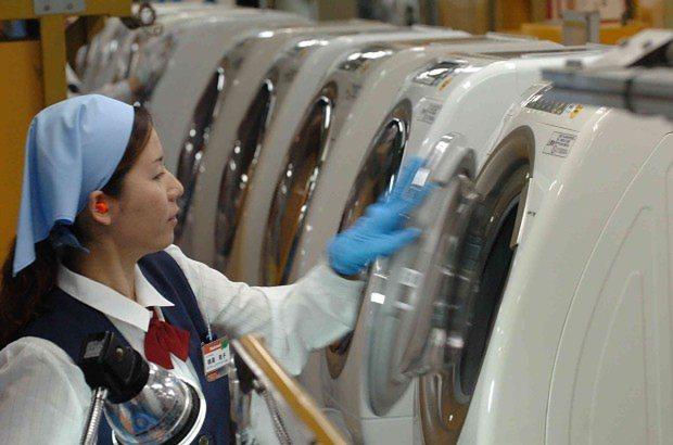 出荷間近の「ななめドラム洗濯乾燥機」=静岡県袋井市の松下電器産業静岡工場で2008年6月25日、大竹禎之撮影