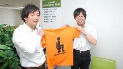 メタジェン福田真嗣CEO(右)にプレゼントのTシャツをわたすリバネス丸幸弘CEO