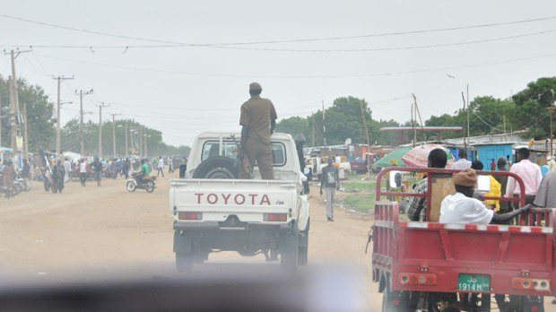 銃を持つ兵士を荷台に乗せたトヨタのピックアップトラック=南スーダン・ボルで2015年4月7日、塩田彩撮影