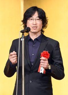 第153回直木賞を受賞し、あいさつをする東山彰良さん=2015年8月21日、竹内紀臣撮影