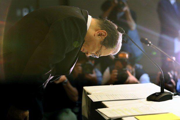有価証券報告書の提出再延長の記者会見で頭を下げる東芝の室町正志社長=東京都港区の同本社で2015年8月31日、森田剛史撮影