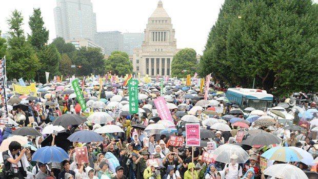 安保関連法案に反対して、国会周辺に集まった人たち=東京都千代田区で2015年8月30日、望月亮一撮影