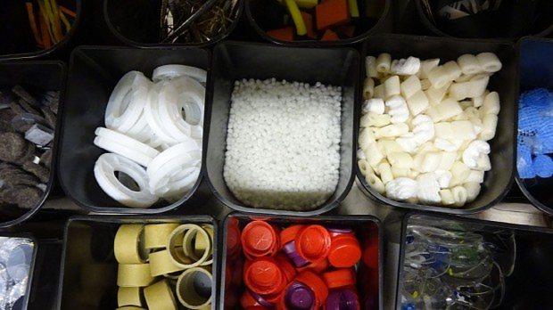 スクラップショップ内にはさまざまな廃品が並ぶ=ポピンズ提供