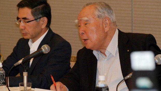 フォルクスワーゲンとの提携解消が成立し、記者会見に臨むスズキの鈴木修会長(右)。左は鈴木俊宏社長=2015年8月30日、岡大介撮影