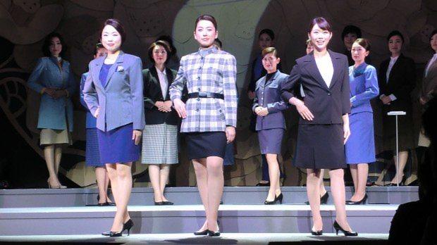 資生堂歴代ビューティーコンサルタント(美容部員)の制服などを紹介したイベント=2014年10月24日