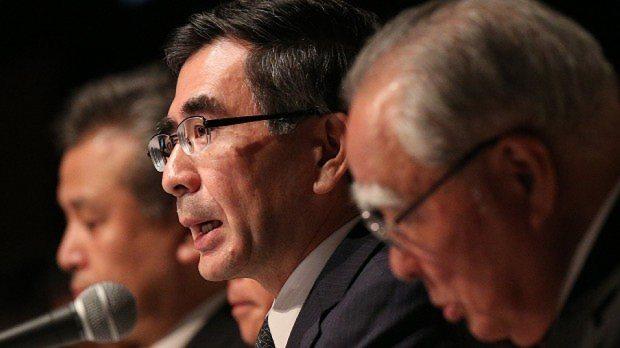新中期経営計画を発表するスズキの鈴木俊宏社長(手前から2人目)。手前は鈴木修会長=2015年6月30日、後藤由耶撮影