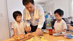 パパが用意する朝食を見つめる子供たち=埼玉県鶴ヶ島市で、関口純撮影