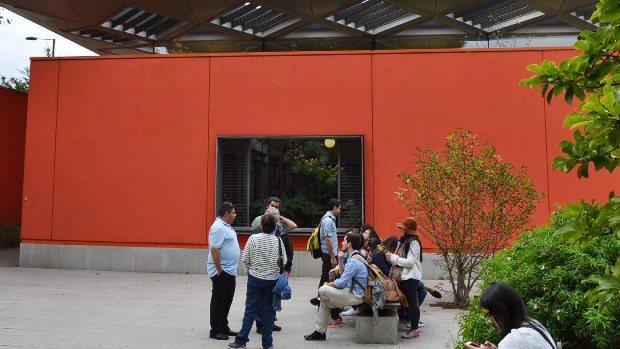 病院敷地の植栽に仕切られた一角に建つマギーズセンター。暖かいオレンジ色の外観が目をひく=ロンドン市内で坂井隆之撮影