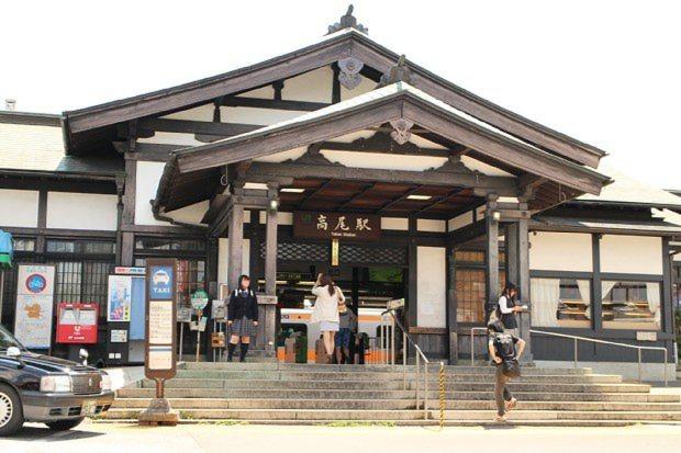 寺社風の造りが特徴的なJR高尾駅