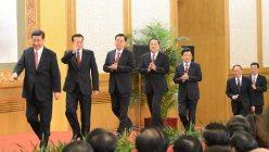 第18期中央委員会第1回総会が終わり、報道陣の前に姿を現した習近平(左端)、李克強(左から2人目)ら政治局常務委員(当時)=北京の人民大会堂で2012年11月15日、隅俊之撮影