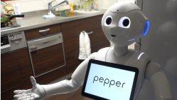 連載「ロボットと人間とミライ」の執筆者・石川温氏は、3週間前から自宅でペッパーと暮らしている