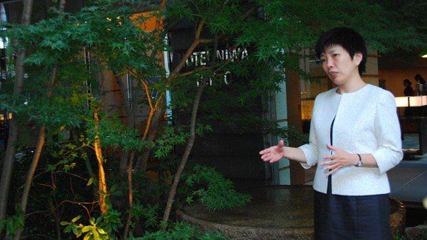 エントランス前の庭でインタビューに答える「庭のホテル 東京」の総支配人・木下彩さん