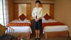 「庭のホテル 東京」の客室で撮影に応じる木下彩さん