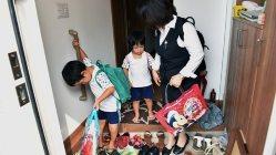 午前8時46分、お母さんと一緒に保育園に向かう子供たち=埼玉県鶴ヶ島市で、関口純撮影
