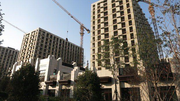 中国の大都市ではマンション建設が続いているが、売れ残りも多く、景気減速の要因となっている=北京市内で2014年10月14日、井出晋平撮影
