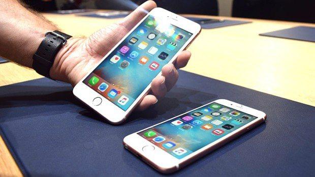 米アップルの新型スマートフォン「iPhone 6s」=2015年9月9日、清水憲司撮影