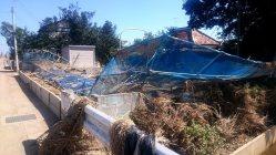 濁流になぎ倒された柵=茨城県常総市三坂新田町で9月22日、今沢真撮影