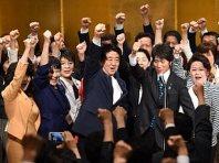 自民党総裁選でガンバロー三唱をする安倍晋三首相(中央)=東京都千代田区で2015年9月8日午前8時、徳野仁子撮影