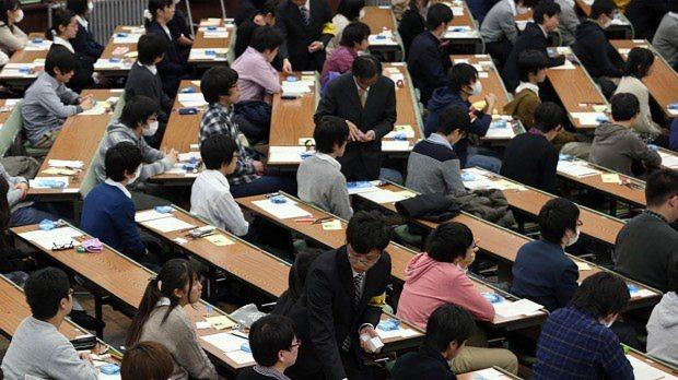 英語リスニング試験用の機器が配られるセンター試験会場