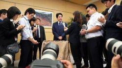 安全保障関連法案の成立を受け、取材に応じる安倍晋三首相(中央)=2015年9月19日、小川昌宏撮影