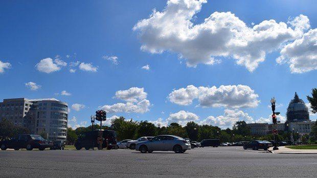 米議会議事堂(右)と全米鉱業協会が入るビル(左)=米ワシントンで2015年8月、清水憲司撮影