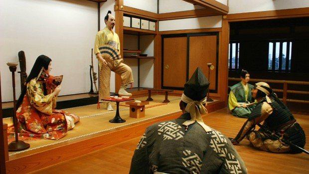 清洲城には織田信長が桶狭間へ出陣する際に舞を舞ったといわれるシーンが展示されている=鮫島弘樹撮影