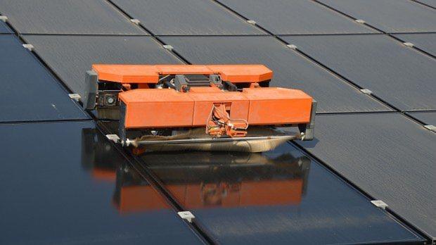 ソーラーパネルを掃除する未来機械のロボット