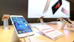 店頭に並ぶiphone6s、iphone6s Plus=東京都千代田区で2015年9月25日、喜屋武真之介撮影