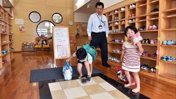 お迎えに来たお父さんと一緒に保育園を出る子供=埼玉県鶴ヶ島市のかこのこ保育園で、関口純撮影
