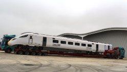 笠戸事業所から開所式用に運び込まれた最新鋭の高速鉄道「クラス800」。17〜19年に866両の納品が予定されている
