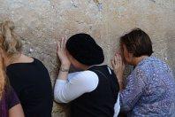 エルサレムのユダヤ教の聖地「嘆きの壁」で、祈る女性たち=2015年9月27日、中嶋真希撮影