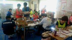 被災者やボランティア希望者からの電話に対応する人たち=茨城県常総市中妻町の災害ボランティアセンターで9月22日、今沢真撮影