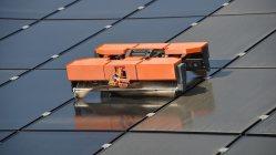 未来機械のソーラーパネルお掃除ロボット