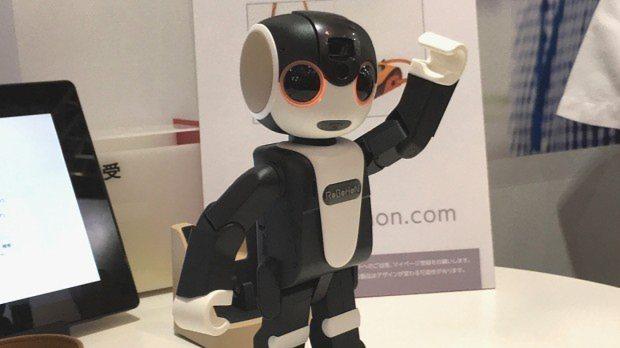 シャープが発表したヒト型携帯ロボホン