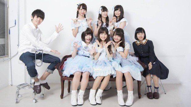 岩崎佑生さん(左)、団体メンバー(右)とアイドルグループ「choco'to カカオ%」のメンバー