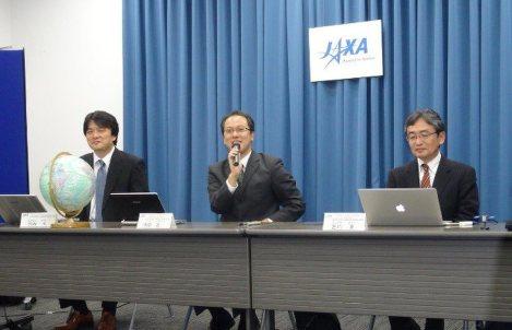 小惑星探査機はやぶさ2の地球スイングバイについて記者からの質問に応える津田雄一・はやぶさ2プロジェクトマネジャー(右から2人目)=東京都千代田区の宇宙航空研究開発機構で2015年10月14日、斎藤広子撮影